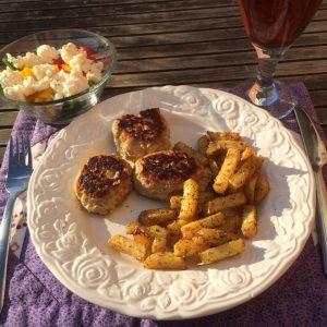 Frikadeller med salat og pommesfrites fra Actifry